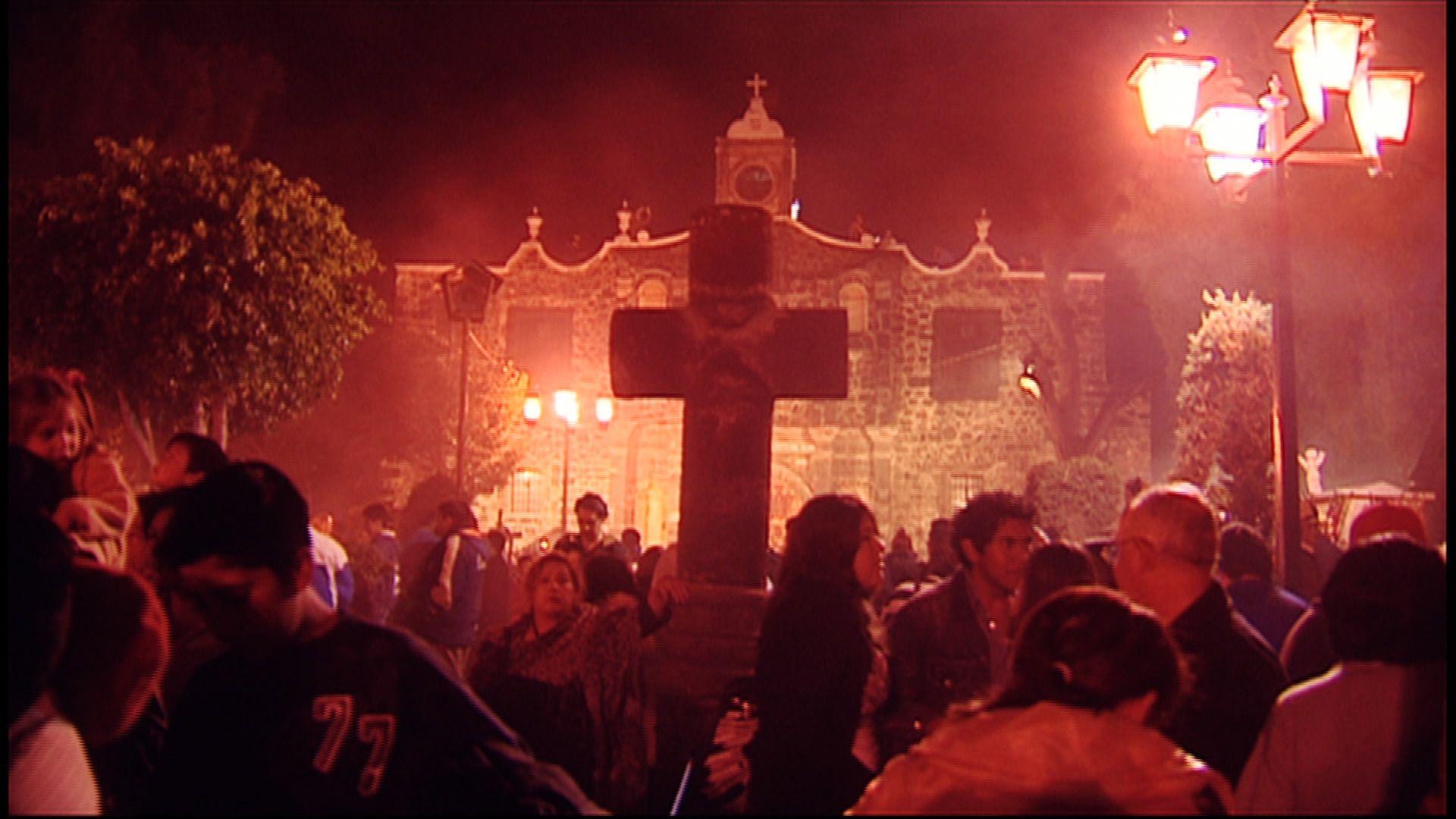 """""""La Alumbrada"""", en Mixquic, es una experiencia inolvidable que debes vivir por lo menos una vez en la vida. Una experiencia que, sin duda, atrapa los sentidos. http://mixquic.com.mx"""