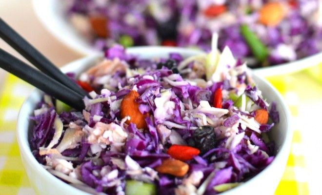 Een heerlijke koude tonijn kool salade die met verschillende ingredienten zoals fruit, kip en noten te combineren is. Een gemakkelijk en snel lunchgerecht!