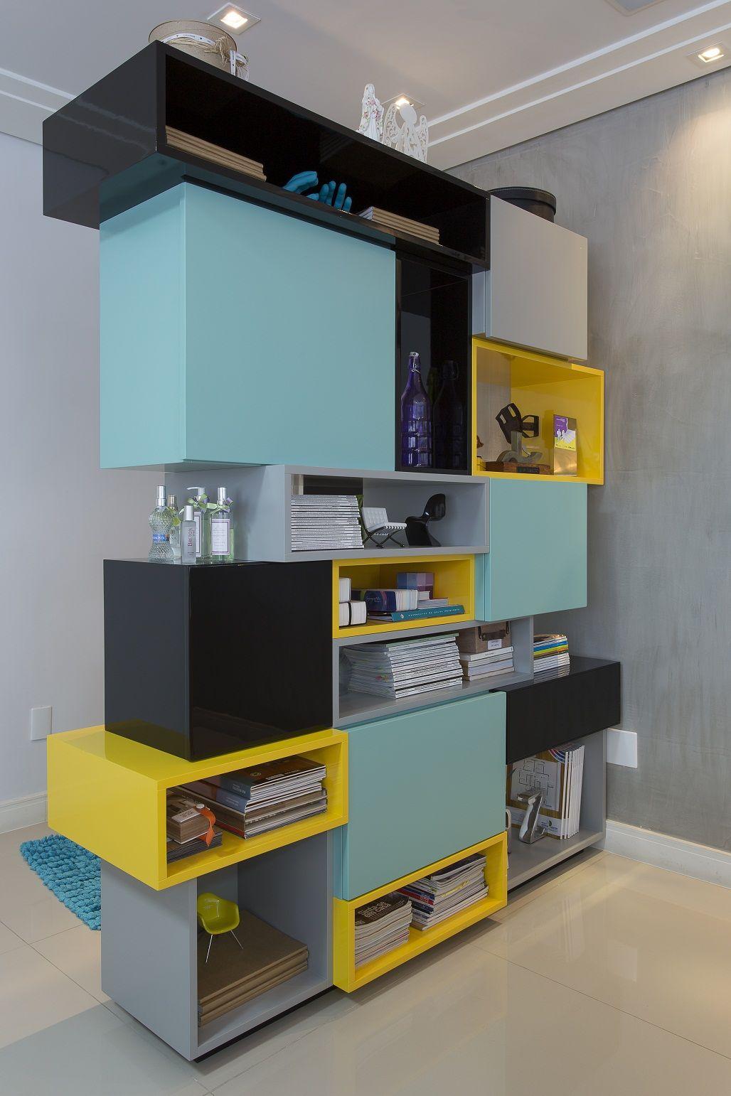 Peças coloridas compõem uma linda estante imprimindo um ar alegre e descontraído. Projeto by @nataliapini