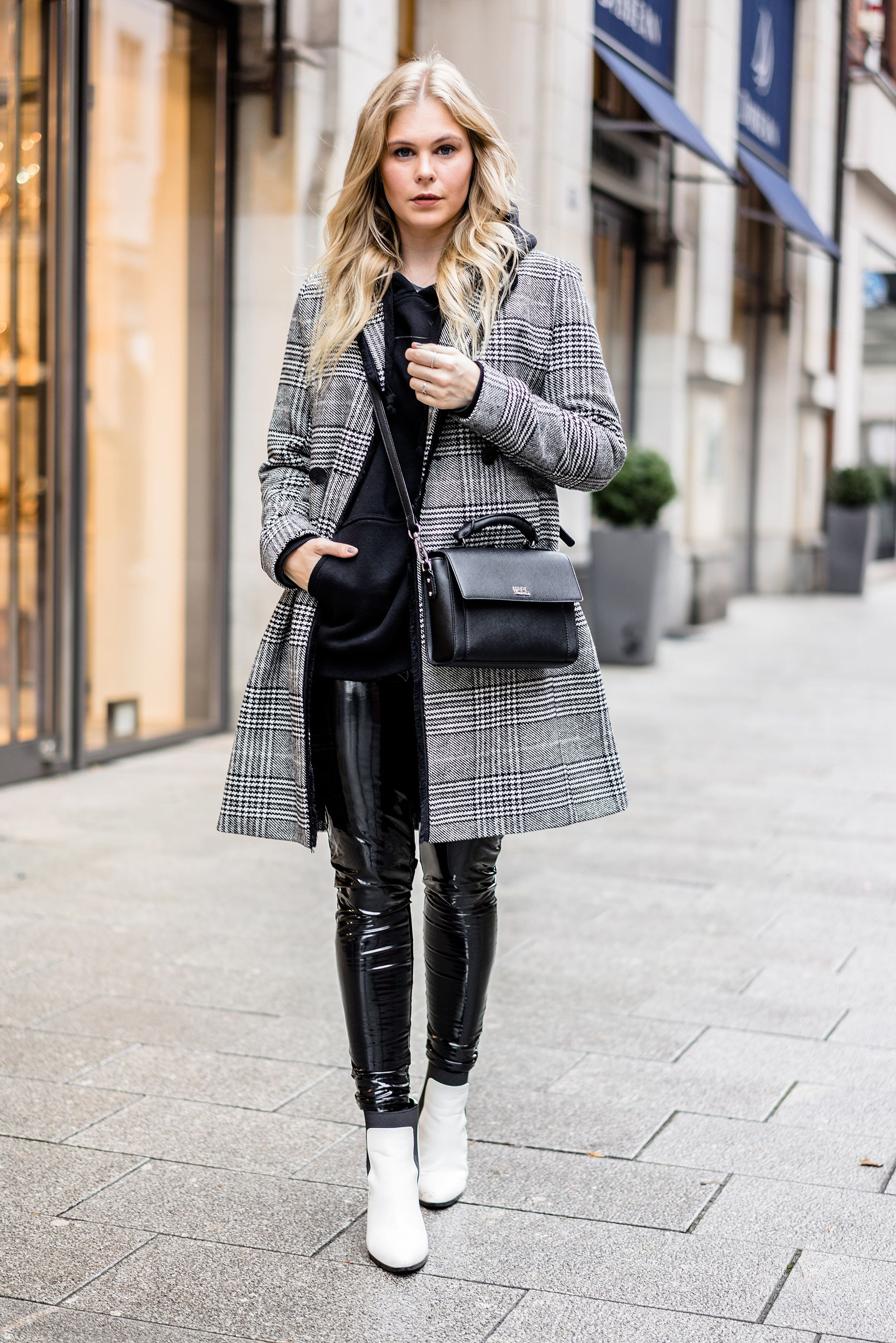 Outfit Karo Mantel Vinyl Pants & Weiße Boots