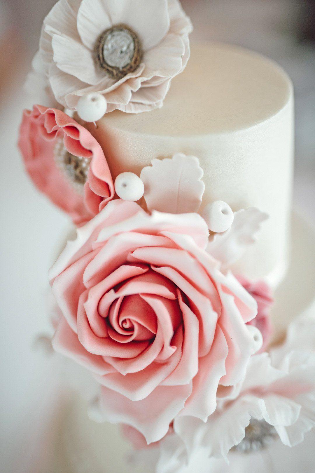 Dreistockige Hochzeitstorte Mit Rosen Aus Zucker Wedding Cake With