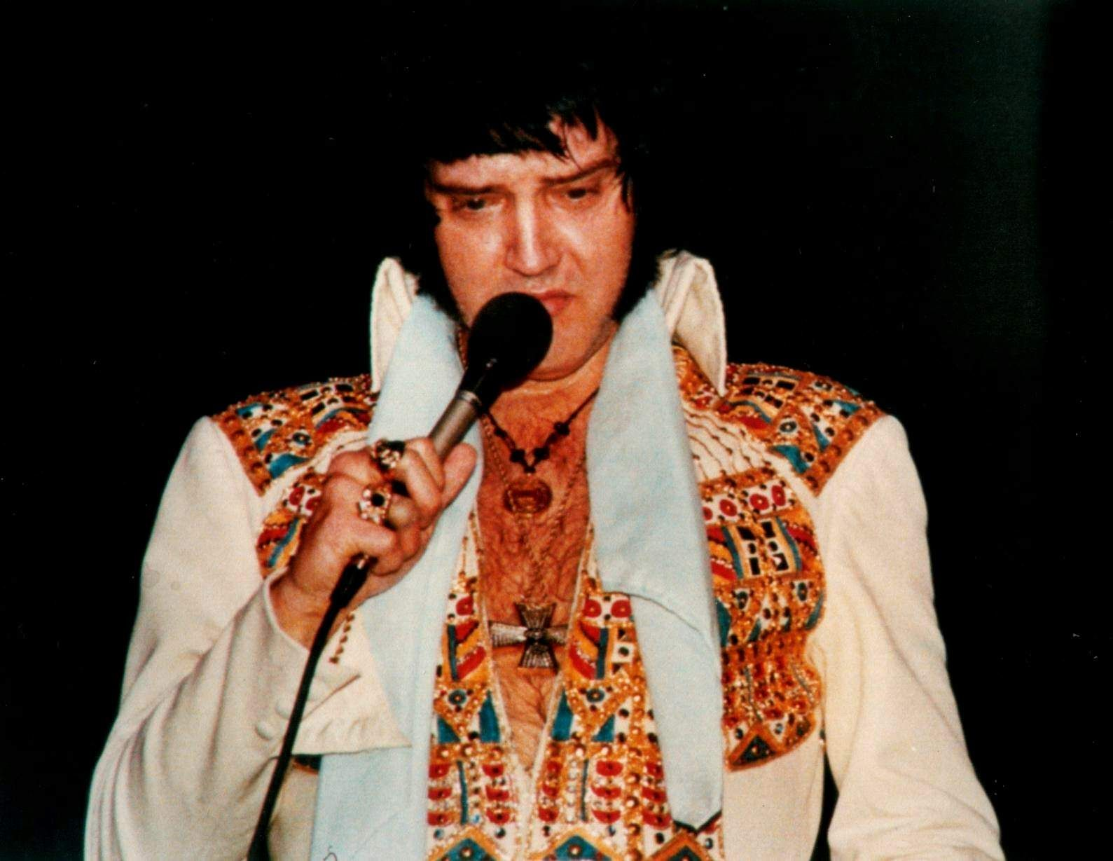 Elvis on stage in Chicago in october 14 1976.