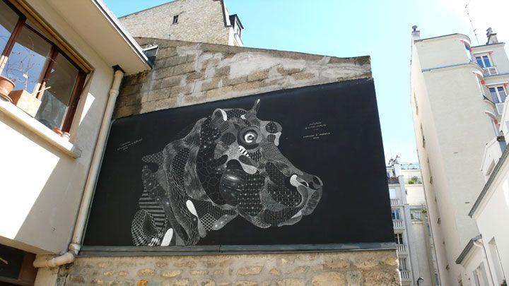 Un artiste dessine des animaux sauvages � la craie en plein coeur de la ville