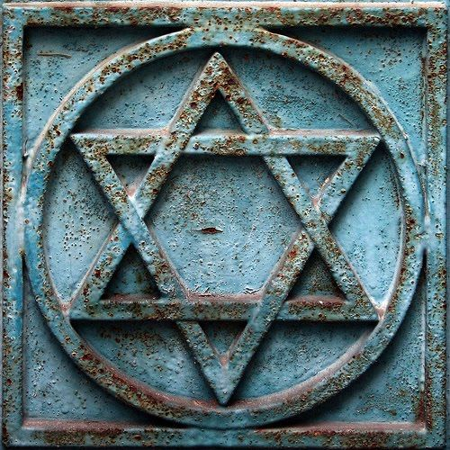 Star of David. A six-pointed figure consisting of two interlaced equilateral triangles, used as a Jewish and … | Estrela de davi, Arte judaica, Tatuagems masculinas
