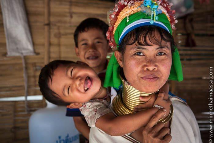 Mitkä ihmeen pitkäkaulaiset naiset? CAPTAIN ANDY – ELOKUU 26, 2013  Karenien kansaan kuuluvat kayanit ovat paenneet Myanmarista sotilasjuntan etnisiä puhdistuksia Thaimaan puolelle, jossa heidät on käytännössä pakotettu turistinähtävyydeksi.