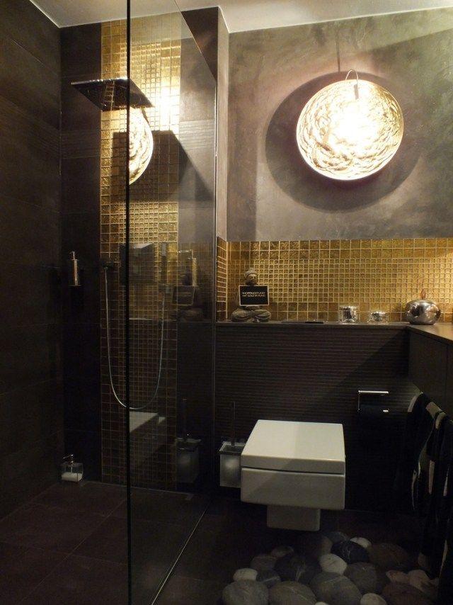 kleines badezimmer regendusche glas abtrennung goldene mosaikfliesen ...