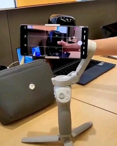 Self stabilizing phone holder