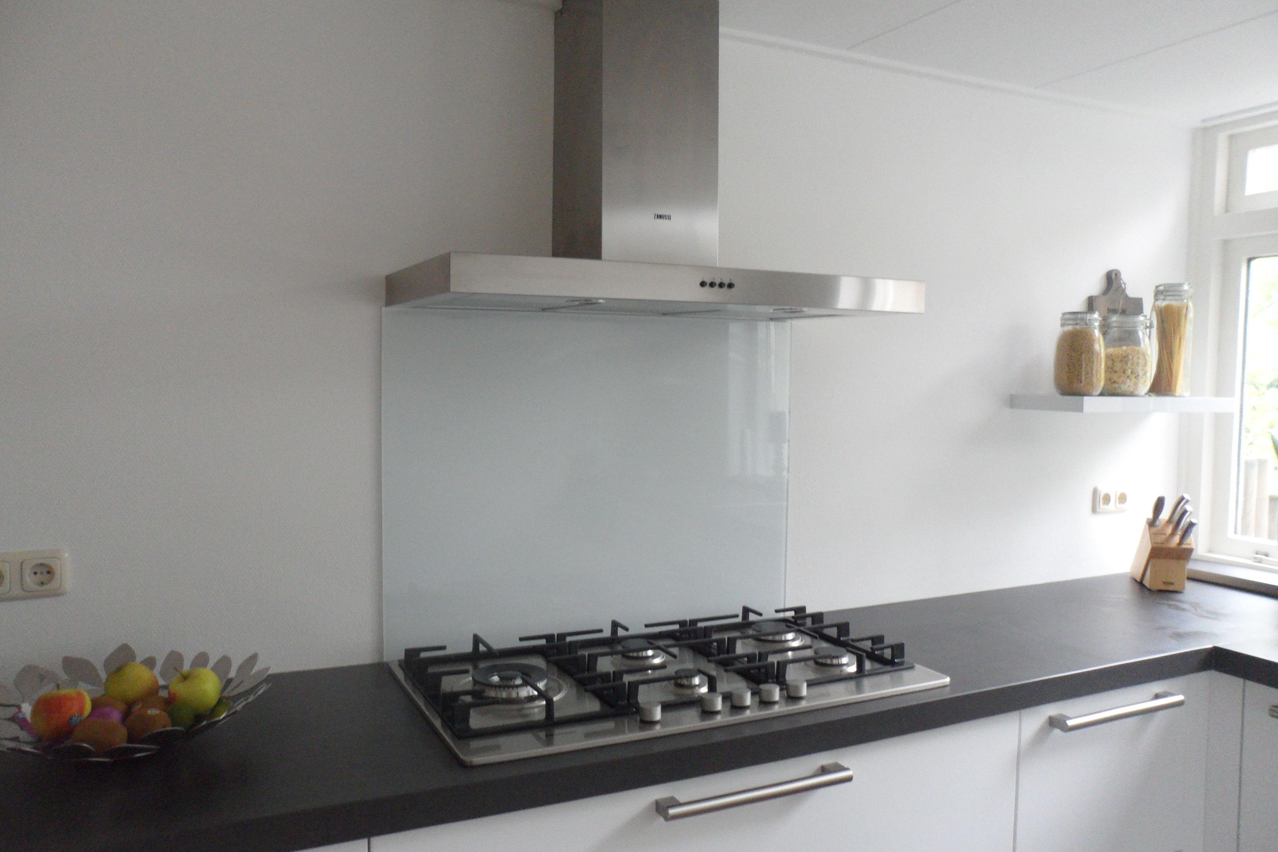 Keuken Glazen Achterwand : Diy: gekleurde glazen achterwand voor in de keuken. in hoogglans wit