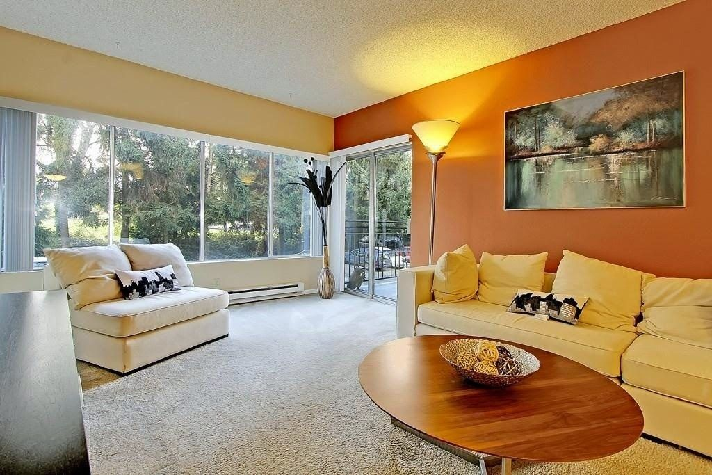 Stunning & beautiful with complete comfort living room ...