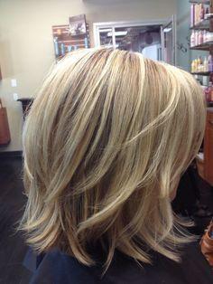 Frisur blond halblang stufig