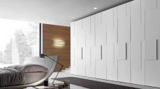 Armadio con anta battente Step, pannello strutturale laccato opaco bianco candido e pannelli applicati laccato opaco bianco candido con profilo laccato in tinta.
