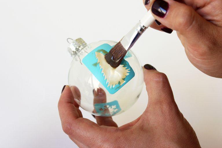 Ideas para Navidad - esfera de navidad en 3 simples pasos - paso 2  Una vez que haya elegido su colocación, aplique una capa generosa de la crema de grabado.