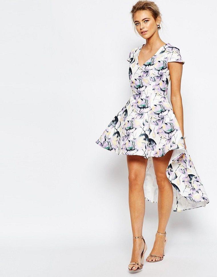 materiale selezionato cerca l'autorizzazione metà prezzo Donna con un abito elegante da cerimonia dal tagli ...