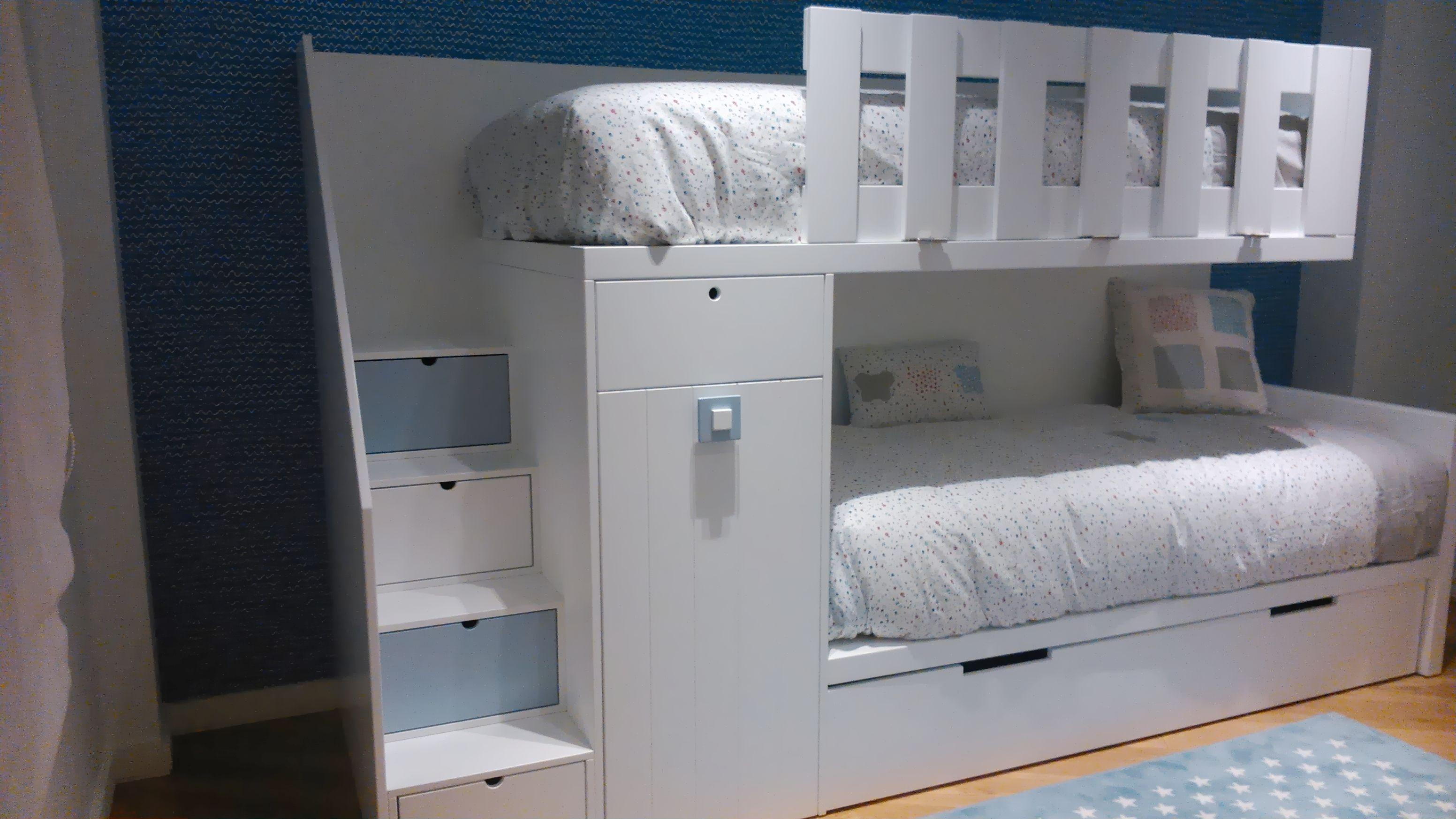 litera tren de un armario y tres camas literas
