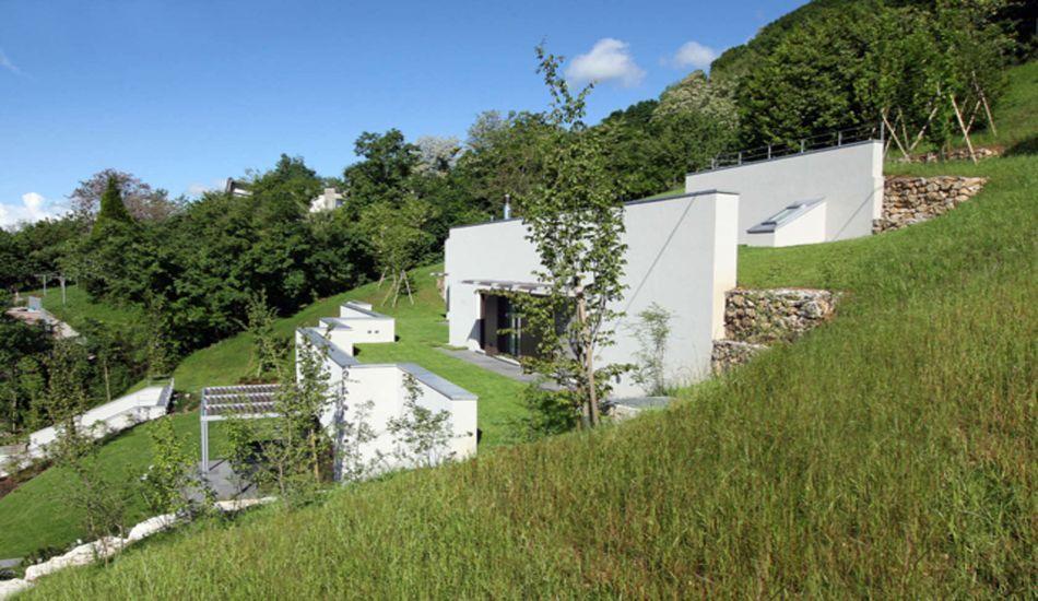 maison semi enterr e co con ue sur le flanc d une colline en italie home terra. Black Bedroom Furniture Sets. Home Design Ideas