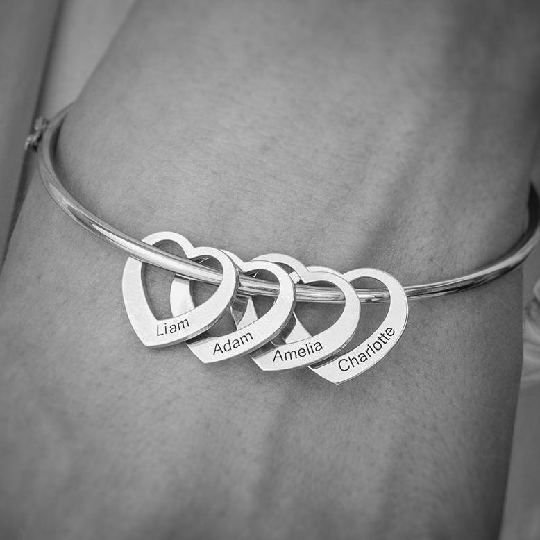 Photo of Armreif mit Herzanhängern aus Silber