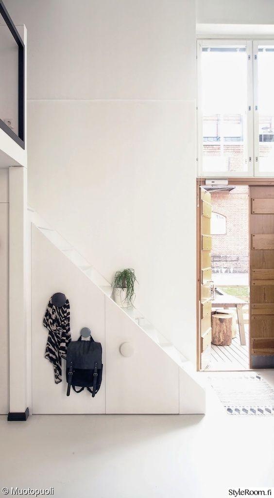 portaat,rappuset,säilytys,muuto,terassi,eteinen,ulko-ovi,remontti,naulakko,portaikko,tila hyötykäyttöön,valkoinen,avara,valoisa,moderni,tyylikäs