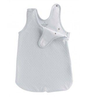 Pratique, esthétique et confortable! Cette turbulette extra fine, spéciale été, convient dès la naissance jusqu'aux 6 mois de votre bébé.Les pressions sur, et, sous les bras permettent un très bon maintien de votre bébé durant son sommeil.En 100% bio pour le respect de l'environnement et de la peau délicate de votre nourrisson.