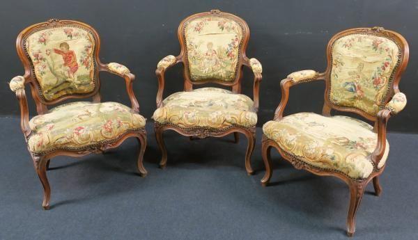 Suite de trois fauteuils cabriolets d\u0027époque Louis XV en noyer