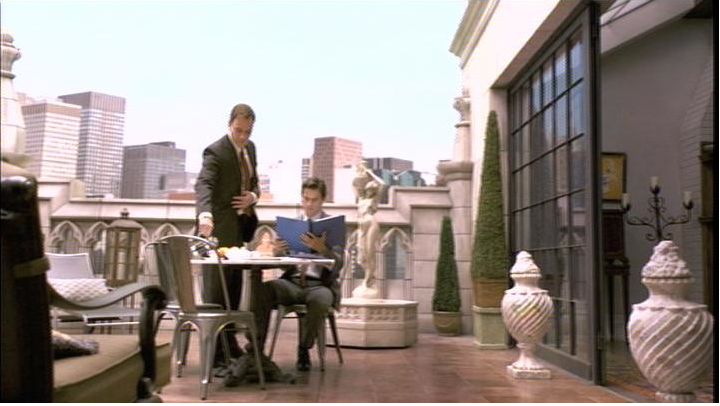 vil det se fint ud med lidt høje slanke planter på altanen og et lille bord med 2 stole