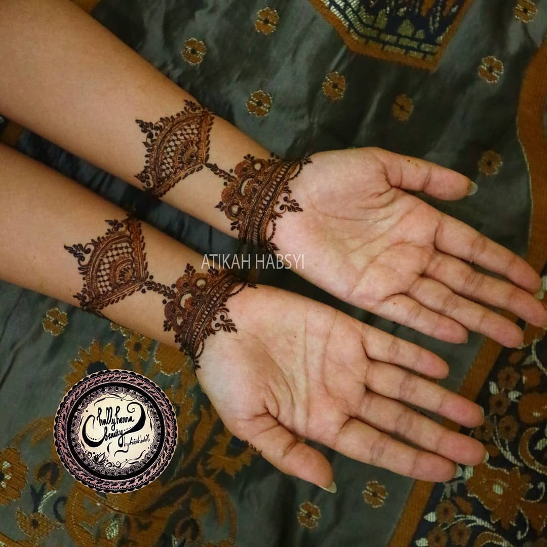 Ya Hanya Sampai Pergelangan Bagian Telapak Tangan Tidak Dihenna Indah Nama Pengantin Yang Saya Henna Kalau Bisa Wrist Tattoos Hand Tattoos Henna Hand Tattoo