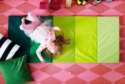 IKEA Kinderspielzeug wie z. B. PLUFSIG Gymnastikmatte, faltbar, grün | IKEA Kinderwelt in 2019 ...
