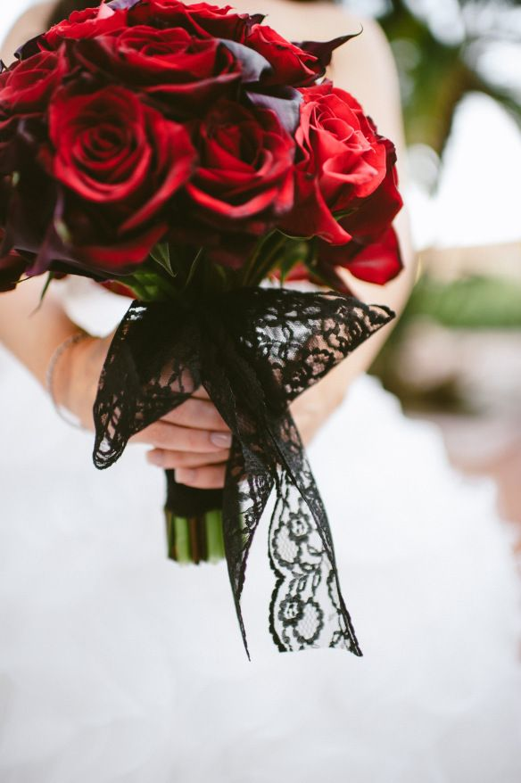 Yay!! I want a red rose bouquet, but I find it so plain... love love love the ribbon