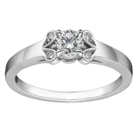 Este anillo solitario de compromiso está inspirado en el modelo ... 0e5b2f30ef6
