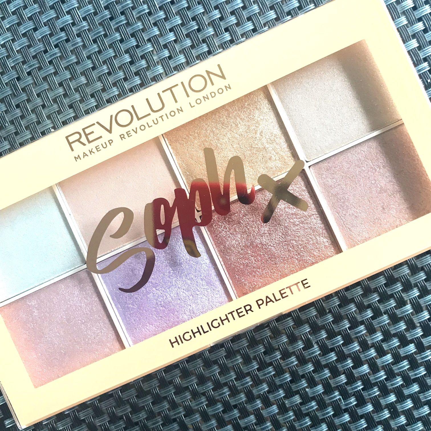 Review Makeup Revolution x Soph highlighter palette