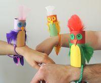 Pássaros feitos de rolo de papel higiênico.