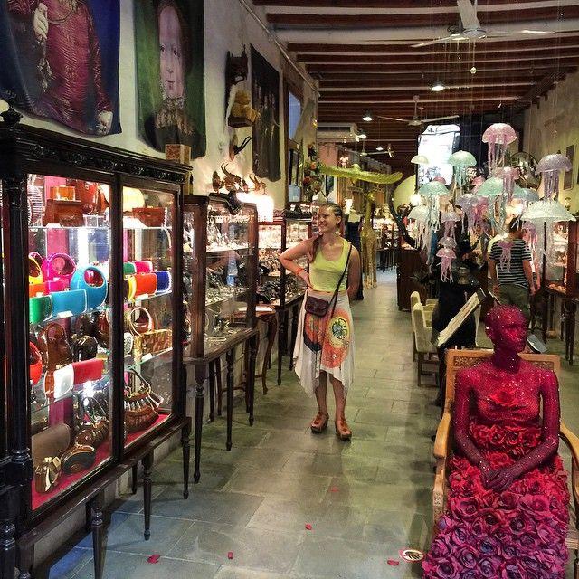 La boutique de bijoux la plus géniale au MONDE est à Barcelone (et je pèse mes mots) : La Basilica Galeria, carrer Sant Sever 7 #barcelona #BasilicaGaleria (prévoir des liasses de sous...)
