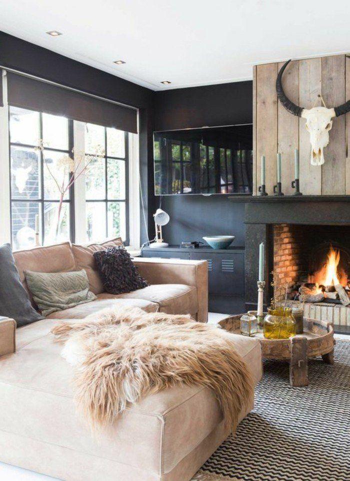 Deco cocooning cheminée en brique murs noirs canapé beige tapis blanc et