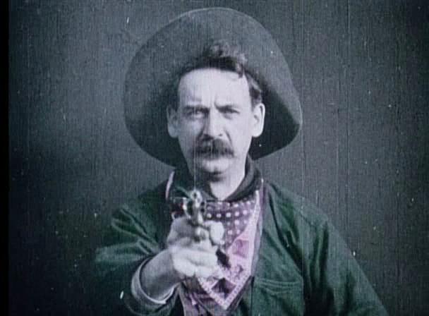 The Great Train Robbery (Edwin S. Porter, 1903). Assista o filme online: http://incinerrante.com/1001filmes/o-grande-roubo-do-trem-the-great-train-robbery-1903-de-edwin-s-porter. Leia uma análise da obra: http://incinerrante.com/o-grande-roubo-do-trem-narrativa-e-montagem/