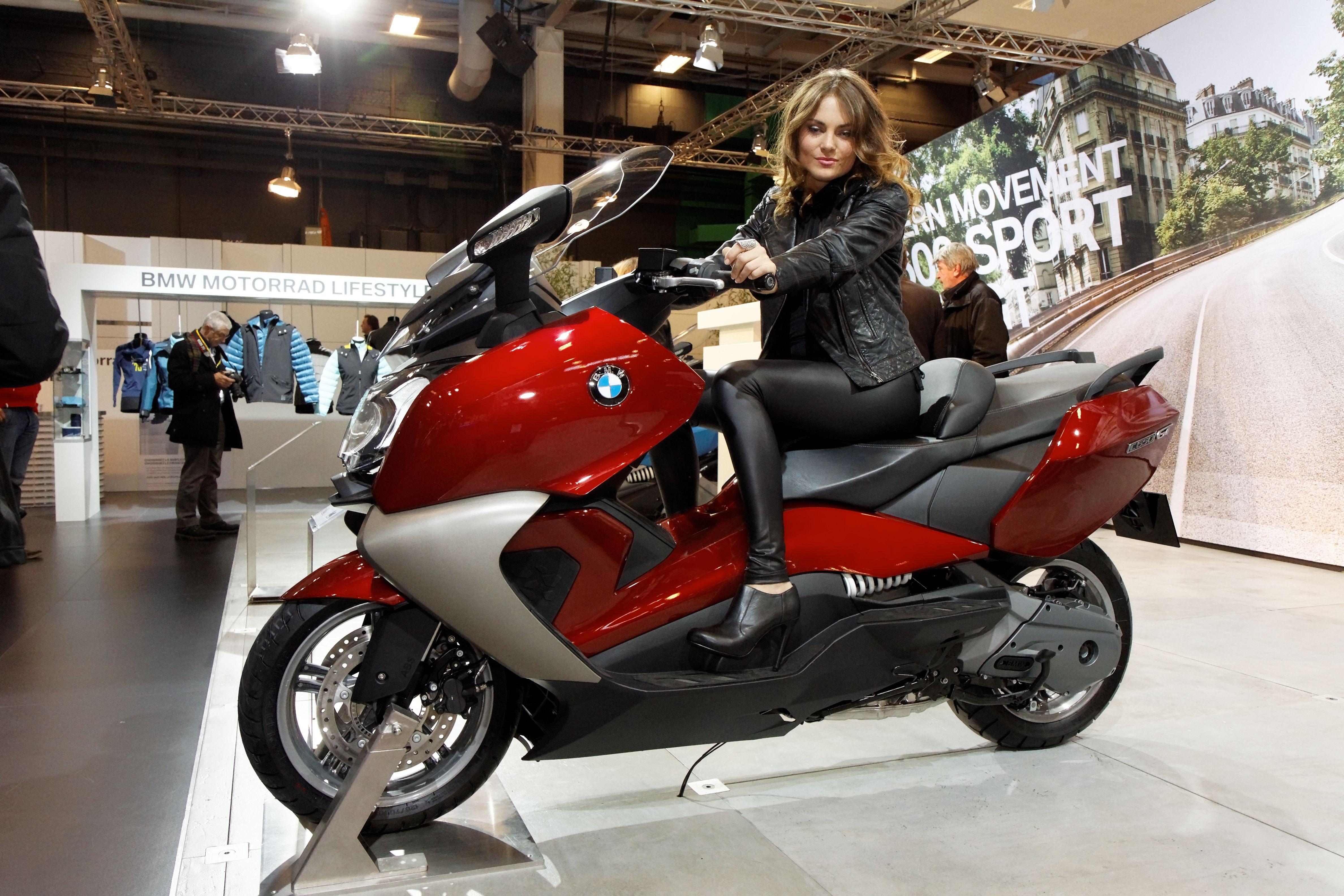 Paris__Salon_de_la_moto_2011__BMW__C_650_GT_et_hôtesse