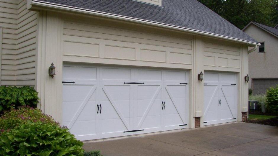 Carriage House Overlay Chi Overhead Doors Carriage Style Garage Doors Garage Door Styles Garage Doors