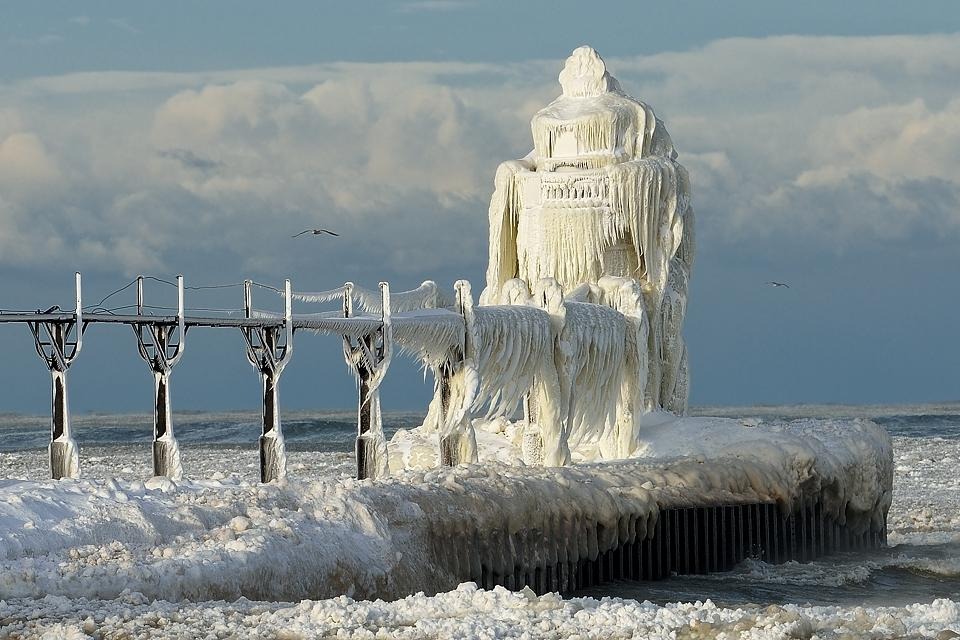 Extreme Weather Photos  An Ice Storm Hits Lake Michigan Lighthouse  earthTripper  time to see the world