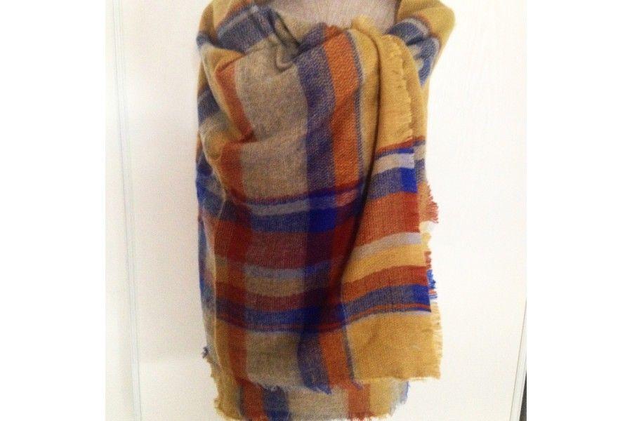 0bc909f2157c Grand châle moutarde écossais doux en laine pour se blottir de chaleur.