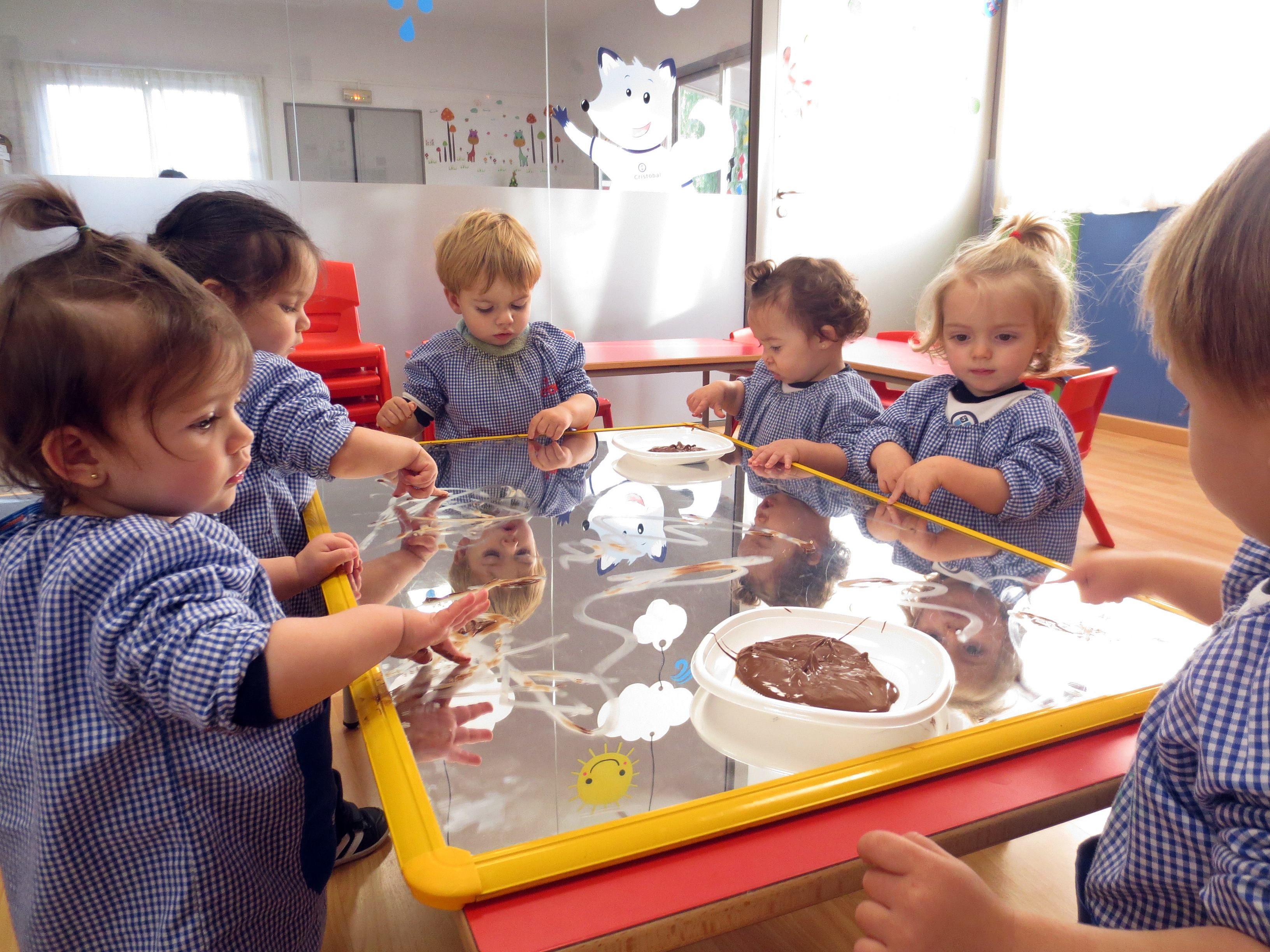 Pintar Con Chocolate Los Peques De 1 Año Han Pintado Con Chocolate Una Actividad Sensorial Con Actividades Sensoriales Toma De Decisiones Ciclo Formativo