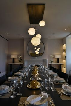 Definitely LUNA is our flagship light! This LUNA has been custom-made especially for this dining room with four different sizes of spheres on a steel base with a bronze finition. Dinner is served!  #atelieralainellouz #pendantlight #creation #alabaster #sculpture #savoirfaire #unique #luxuryinteriors #interior123 #diningroom