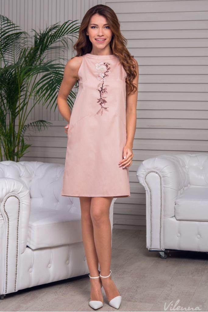 Стильна сукня з відкритими плечами просторого силуету з квітковою вишивкою • колір: ніжно-пудровий • інтернет магазин • vilenna.