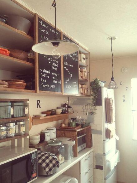 カフェ風といえば黒板 ということで 吊戸棚の片側だけ扉を外し 残っ