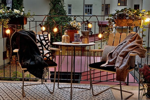 Leuke balkon, waar je heerlijk 's avonds kan zitten! Leuk om te zien wat voor een verlichting er is gebruikt. Erg inspirerend.