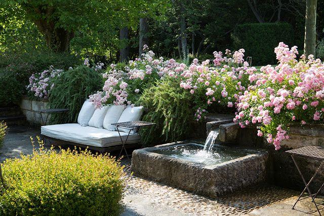 Le Mas De Berard A Saint Remy De Provence Fontaine De Jardin Idees Jardin Jardin Mediterraneen