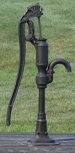 Old Fashioned Hand Water Pump Via Bobbie Objets Vintage Pompe