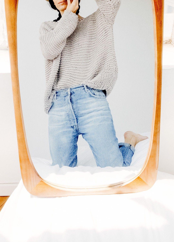 Rosa Copado for We Are Knitters. La fotógrafa reinterpreta algunos de nuestros básicos con su cámara y a través de un espejo.  Kit de tejer Algodón Pima Cranberry Sweater