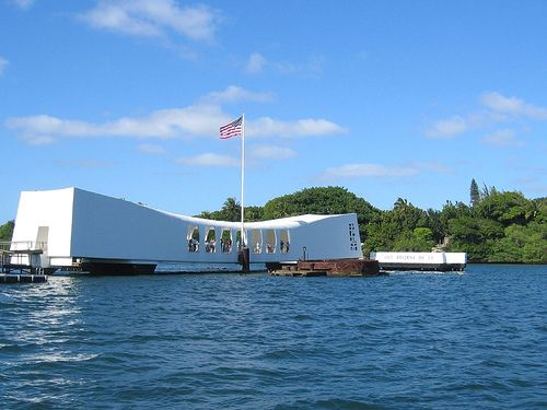 Visit the USS Arizona Memorial, a memorial monument to the spectacular wreck of the USS Arizona, a battleship of the United States Navy which sank with more than 1,000 people on board due to the Japanese attack on Pearl Harbor on 7 December 1941.