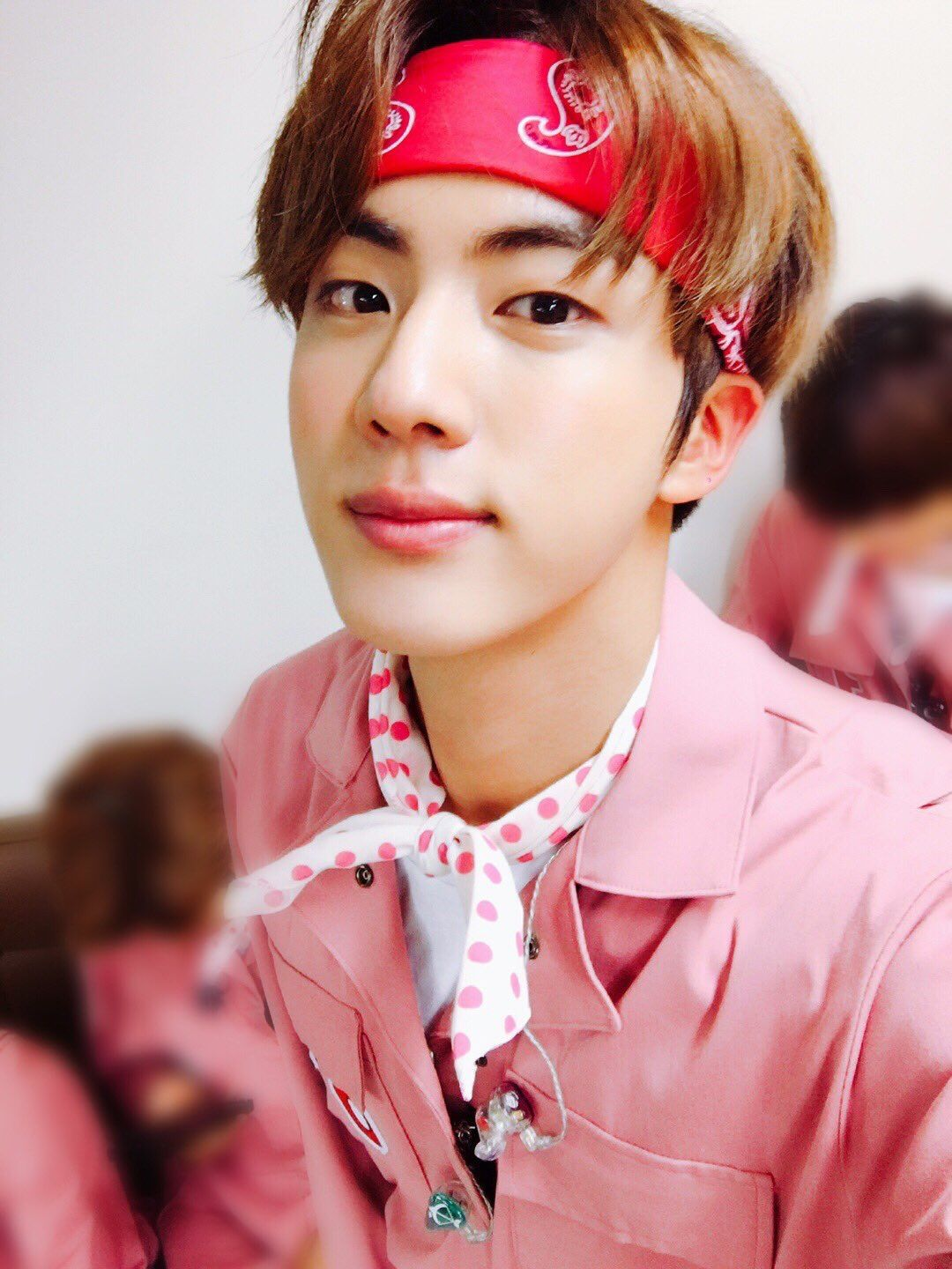 JIN'S TWITTER UPDATE FOR THEIR 4TH YEAR CELEBRATION... IN A BANDANA.. CAN YOU HEAR ME SCREAMING
