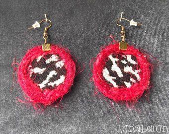 Boucles d'oreille vintage, crochets, rondes réversibles en tissu léopard noir et blanc, cuir bordeaux. Made by Lunabellune