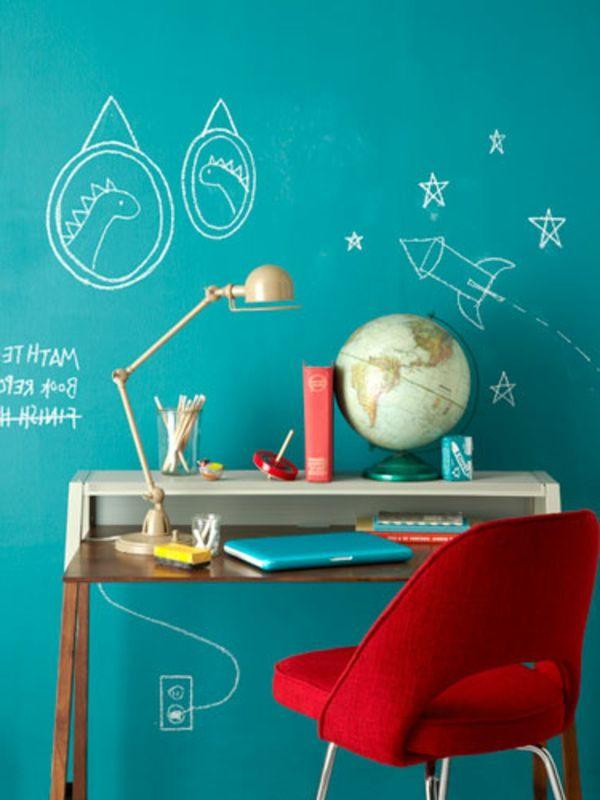 wände schön gestalten - blaue wand mit kreativen bemalungen