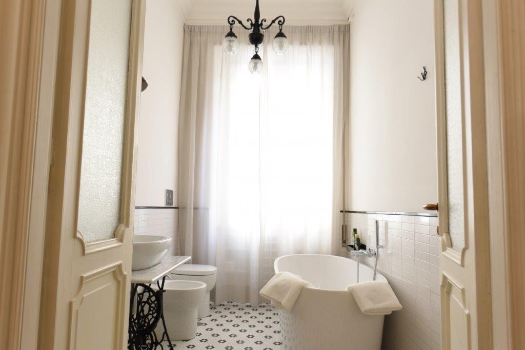 Bagno Con Mosaico Nero : Bagno con vasca dal gusto vintage con l utilizzo di mosaico a